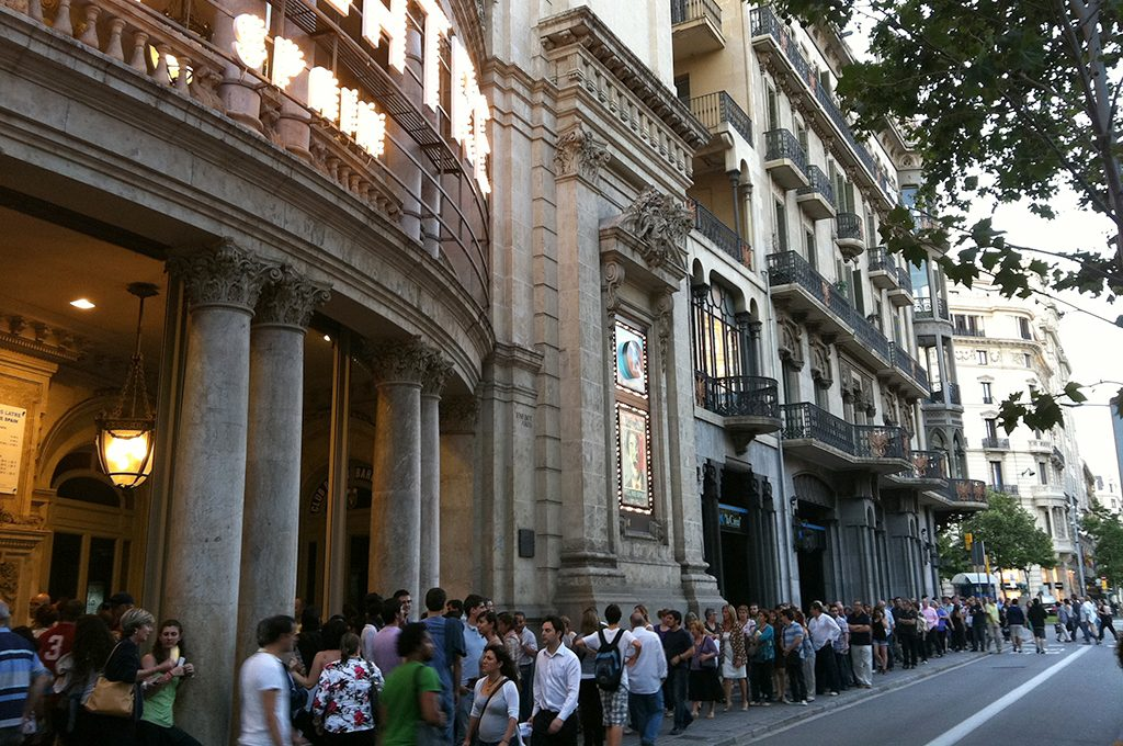 — Yes we Spain, Queue at the Coliseum theatre, Barcelona